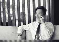 一个年轻亚洲商人等待咖啡馆的一个伙伴 Bu 库存照片