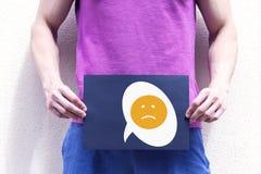一个年轻人举行一张招贴在阴部的水平 免版税图库摄影
