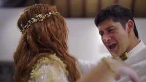 一个年轻人和女孩跳舞在党 婚礼、生日、周年或者周年的夜庆祝 一个事件 股票录像
