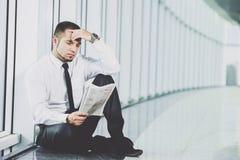 一个年轻人寻找一个工作 人看工作广告 希望的工作 库存照片