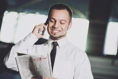 一个年轻人寻找一个工作 人看工作广告 希望的工作 图库摄影