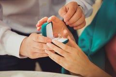 一个年轻人提出结婚提议给他的女朋友 免版税库存照片