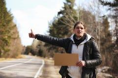 一个年轻人搭车在国家周围 人尝试 图库摄影