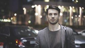 一个年轻人的特写镜头在街道上的在晚上 免版税库存照片