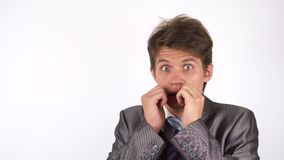 一个年轻人的画象被吓唬了 姿态 股票录像