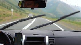 一个年轻人驾驶汽车 股票视频