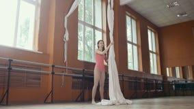 一个年轻体操运动员女孩的画象在芭蕾屋子里 免版税库存照片