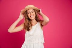 一个年轻俏丽的女孩的画象在夏天帽子穿戴了 库存照片