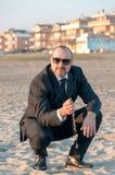 一个年轻典雅的人是在海滩 Ardea 意大利 免版税库存图片