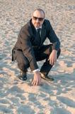 一个年轻典雅的人是在海滩 Ardea 意大利 免版税图库摄影
