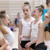 一个年轻十几岁的女孩为表现做准备,做准备并且执行体操元素在竞争 图库摄影