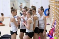 一个年轻十几岁的女孩为表现做准备,做准备并且执行体操元素在竞争 免版税库存图片