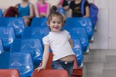 一个年轻十几岁的女孩为表现做准备,做准备并且执行体操元素在竞争 免版税库存照片
