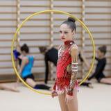一个年轻十几岁的女孩为表现做准备,做准备并且执行体操元素在竞争 库存照片