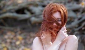 一个年轻可爱的狐狸头发的女孩,美丽的性感的可爱的火热的妇女,姜,红头发人的画象有自由肩膀的 免版税库存图片