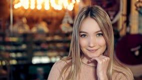 一个年轻可爱的白肤金发的女孩的画象在一舒适咖啡馆 影视素材