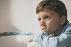 一个年轻哀伤的男孩的画象 免版税库存图片