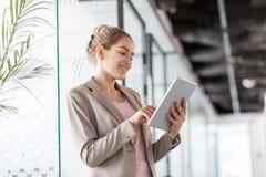 一个年轻女商人的画象在办公室 免版税库存图片