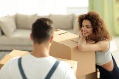 一个年轻妻子的画象,当搬到一个新房时 免版税库存照片
