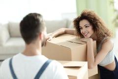 一个年轻妻子的画象,当搬到一个新房时 库存图片