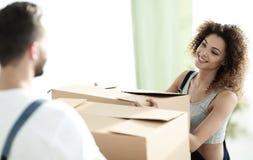 一个年轻妻子的画象,当搬到一个新房时 库存照片