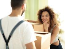 一个年轻妻子的画象,当搬到一个新房时 免版税库存图片