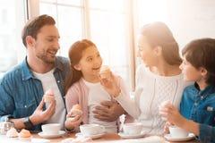一个年轻家庭在咖啡馆一起来了 免版税库存照片