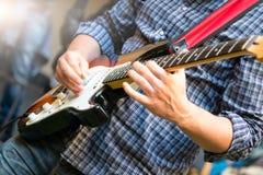 一个年轻小组的电吉他弹奏者在展示期间的 免版税库存图片