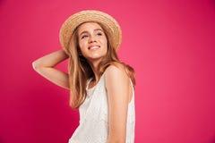 一个年轻微笑的女孩的画象在夏天帽子穿戴了 图库摄影
