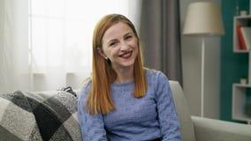 一个年轻快乐的女孩的画象在她的舒适客厅 股票视频
