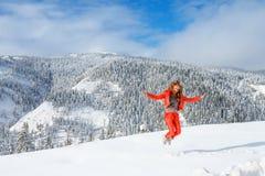 一个年轻愉快的女孩在taiga小山的美丽的湖Amut附近享受冬天风景秀丽在俄罗斯的远东  免版税库存照片