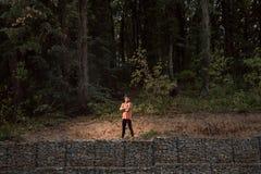 一个年轻成人人,站立摆在,原野,密林portrai 免版税库存图片