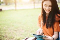 一个年轻或青少年的亚裔女学生在大学 图库摄影