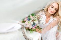 一个年轻新娘的画象在白色鞋带闺房 库存照片