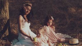 一个年轻母亲和两个女儿基于野餐 影视素材
