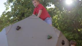 一个年轻登山人 股票录像