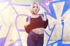 一个年轻白肤金发的女孩的画象有短发的在背景o 免版税库存图片