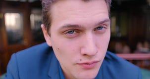 一个年轻确信的商人调查照相机,并且闪光,同意,藐视 蓝眼睛,白种人,自由职业者 影视素材