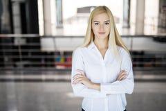一个年轻确信的女商人的画象在办公室 库存照片
