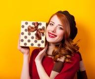 一个年轻红头发人女孩的画象有当前箱子的 库存图片