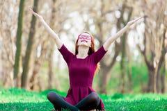 一个年轻红头发人女孩的画象镜片的 免版税图库摄影