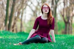一个年轻红头发人女孩的画象镜片的 免版税库存照片
