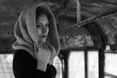 一个年轻美丽的女孩的剧烈的画象 有宜人的出现和哀伤的神色的一个女孩 妇女的创造性的画象 的态度 免版税图库摄影