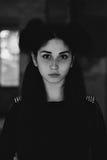 一个年轻美丽的女孩的剧烈的画象 有宜人的出现和哀伤的神色的一个女孩 妇女的创造性的画象 的态度 免版税库存图片