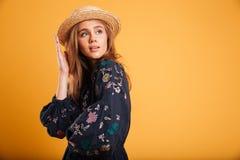 一个年轻美丽的女孩的画象在夏天帽子穿戴了 免版税库存照片