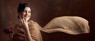 一个年轻美丽的女孩的画象用巧克力 免版税图库摄影