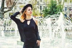 一个年轻美丽的时髦的女人的画象,摆在老欧洲城市的街道上的女孩 免版税图库摄影