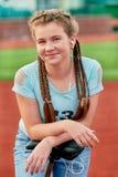 一个年轻聪慧的女孩爱体育 一个十几岁的女孩的特写镜头画象 库存照片