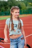 一个年轻聪慧的女孩爱体育 一个十几岁的女孩的特写镜头画象 免版税库存图片