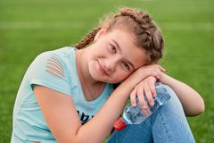 一个年轻聪慧的女孩爱体育 拿着净水的女孩特写镜头画象 免版税库存照片